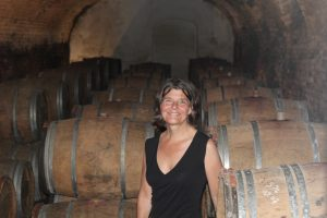 Jolanda in de kelder met Monsicuro-vaten